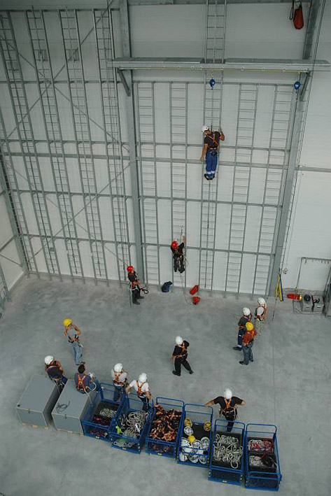 szkolenia w dostępie linowym, hala szkoleniowa w centrali assecuro w łazach koło warszawy