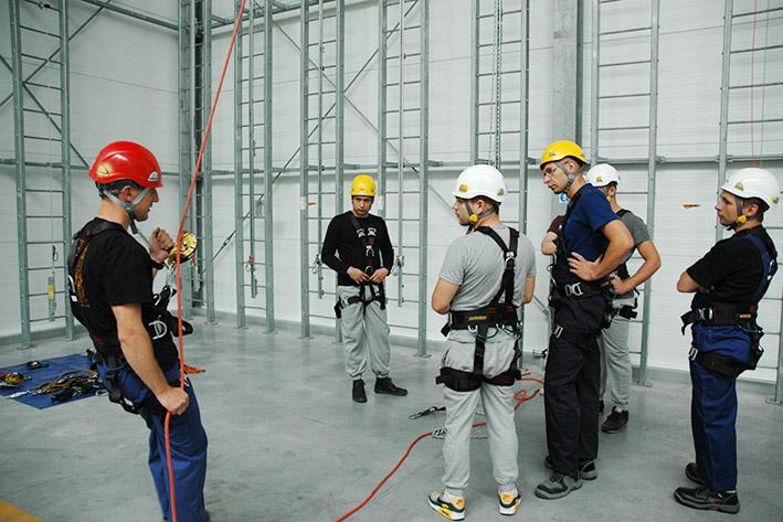 szkolenie technikami alpinistycznymi, hala szkoleniowa w centrali assecuro