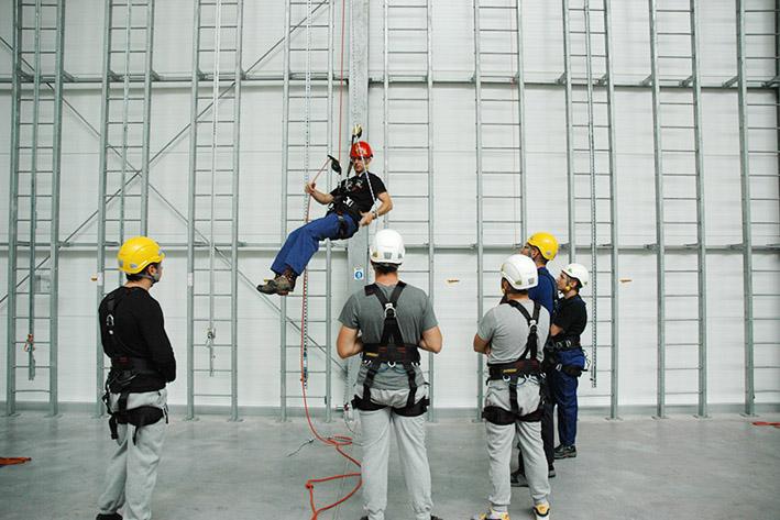 szkolenie w dostępie linowym, hala szkoleniowa w centrali assecuro